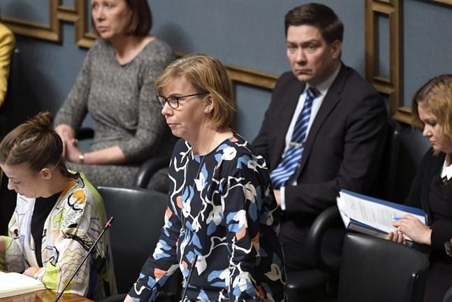 De nitton åtgärder regeringen presenterade i måndags görs för att skydda äldre människor och de som hör till någon riskgrupp, skriver justiteminister Anna-Maja Henriksson (SFP) i sitt debattinlägg.