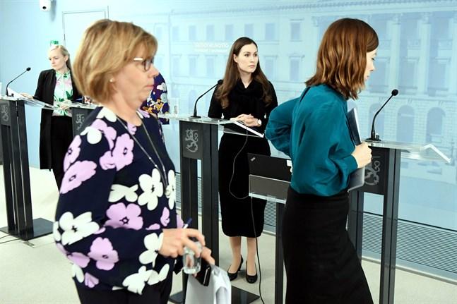 Justitieminister Anna-Maja Henriksson gick detaljerat igenom hur regler för permitteringar och arbetslöshetsersättning ändras.