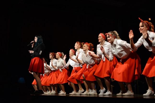 För Närpes skolmusikkår är fondpengar viktiga. Här sjunger Wilma Hammarberg och A-drillflickorna dansar vid Ungdomsgala 2019.