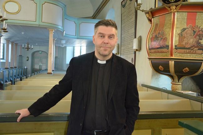 Under den närmaste tiden får prästerna predika inför tomma kyrkbänkar. Kyrkoherde Tom Ingvesgård i Närpes hoppas att församlingsborna i stället tar del av gudstjänsterna via teve eller på webben.