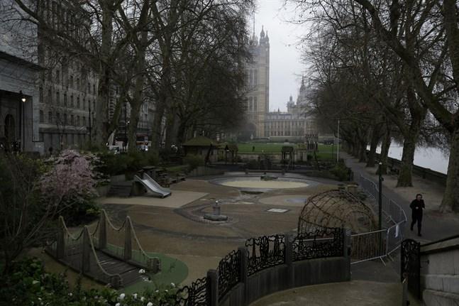 En stängd lekpark bakom de brittiska parlamentsbyggnaderna i London. Bilden är tagen på torsdagen.