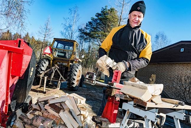 Bertel Widjeskog jobbar i skogen och på vedbacken, men försöker i övrigt undvika att röra sig ute bland folk.