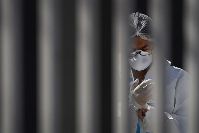 Människor som anländer från utlandet testas för coronaviruset i en mässlokal i Peking.