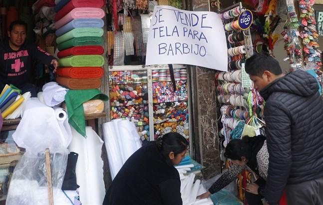 Tyg till ansiktsmasker till salu i Bolivias huvudstad La Paz. Bilden är tagen den 12 mars.