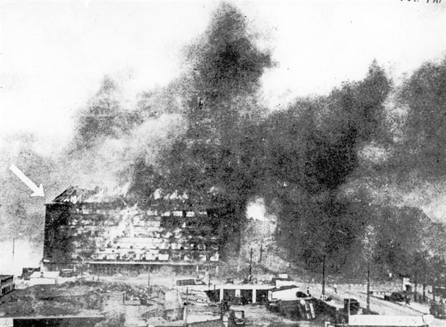 Räden mot Shellhuset inträffade på förmiddagen, och kunde förevigas av flera fotografer. Denna bild på den brinnande fastigheten publicerades i den danska motståndstidningen Fri Presse, och smugglades ut ur landet.