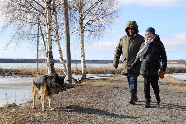 Satu Nukarinen väntar på en lungtransplantation och är således i riskgruppen för coronaviruset. Hunden Luna är till stor glädje för hela familjen och Juha Nukarinen konstaterar att Luna kanske hjälper att hålla avstånd till andra människor.