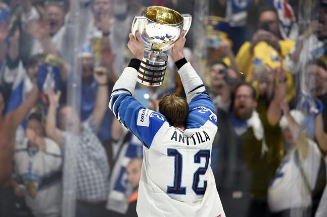 Finlands lagkapten Marko Anttila lyfter VM-bucklan efter segern mot Kanada i finalen av ishockey-VM i Slovakien förra året.