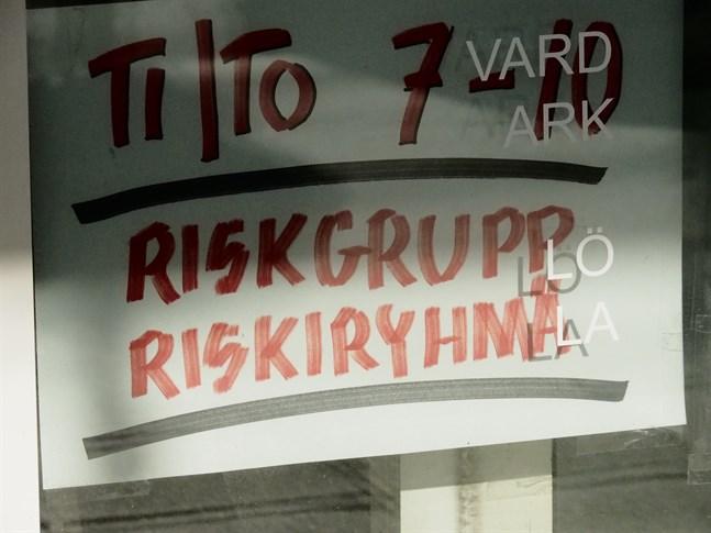 Det är coronaviruset som får invånarna att ta speciella försiktighetsåtgärder. På bild en frisörsalong i Jakobstad som till exempel har olika tider för de som tillhör en riskgrupp.