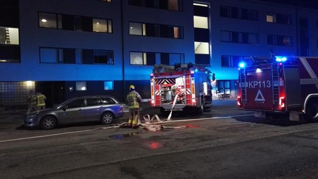 En brand bröt ut i en lägenhet på Falandersgatan i Karleby på söndag kväll.