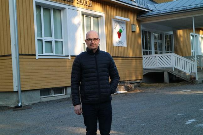 Robert Ström som är ordförande för Kuni byaförening är glad över att kommunen hyr ut skolan. Föreningen är intresserad av att köpa den.