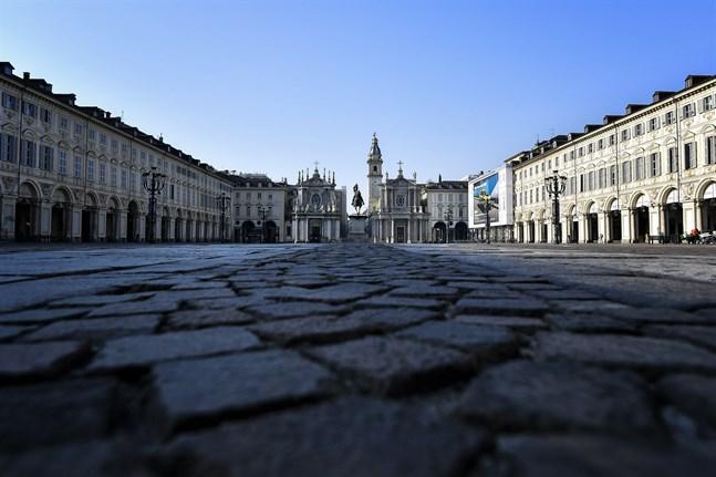 Ett öde San Carlo-platsen i Turin, på lördagen.