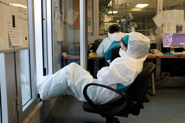 En sjukskötare på Cremonasjukhuset i Milano tar igen sig en stund efter att ha jobbat ett nattskift på tolv timmar.