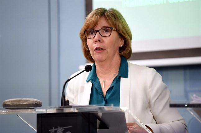 Justitieminister Anna-Maja Henriksson (SFP) under en av de många presskonferenserna den senaste tiden.