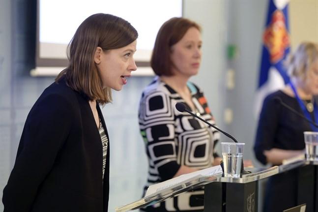 Ministrarna Li Andersson och Sirpa Paatero.