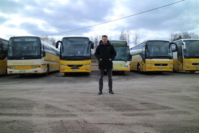 Bussarna står stilla. Jonas Dahl säger att Linjetrafik Dahl just nu kör på tio till femton procent av sin kapacitet.