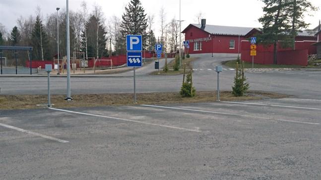 På måndagen kom 19 nya anmälningar om närstudier för elever från förskolan till trean i Närpes. Antalet gäller för samtliga sju lågstadieskolor. En av dessa är Västra Närpes skola i Norrnäs (bilden).