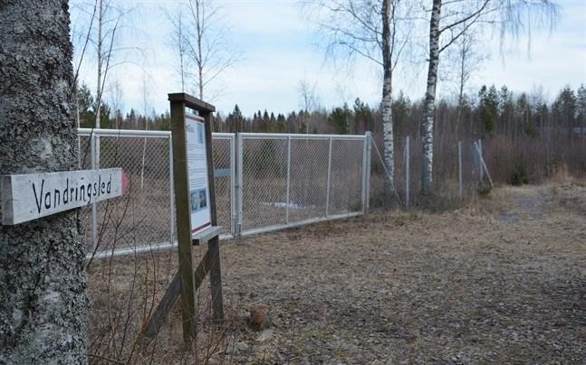 Korsnäs Mine Center byggde 2013 vandringsleden vid gruvan.   Nu förbinder sig föreningen nu att till exempel bygga staket för att undvika fara där.