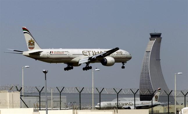 Ett Etihad Airways-flygplan landar på flygplatsen i Abu Dhabi. Arkivbild.