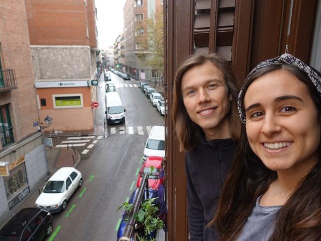 Erik Sjöholm och Tamara González Casado på balkongen som blivit så viktig.