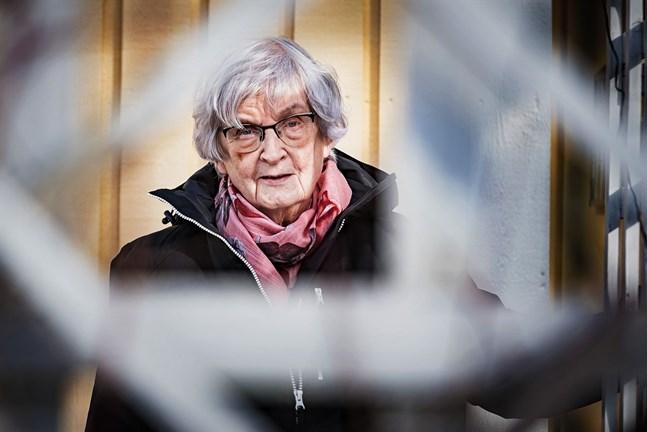 Som 70-plussare får Else-Brita Jungar mest hänga hemma i Larsmo nu.  Flera av den lokala Röda Kors-avdelningens evenemang har också fått ställas in på grund av coronaviruset.