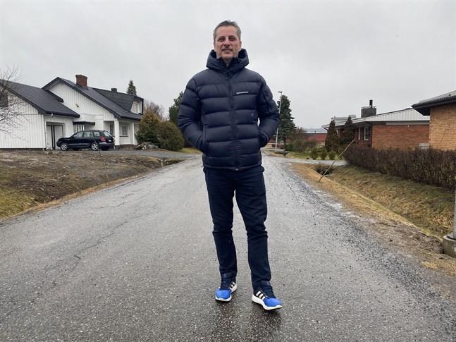 Nu har Nijas Sarailija den högsta utbildningen för fotbollstränare. Då kan han egentligen träna vilket lag som helst ute i världen.