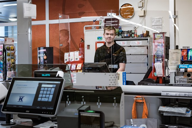 Avskärmad. Jimmy Kronholm jobbar vid K-Market Treffis där köpmannen Petter Bonde satt upp plexiglas för att skydda sina anställda från droppsmitta.