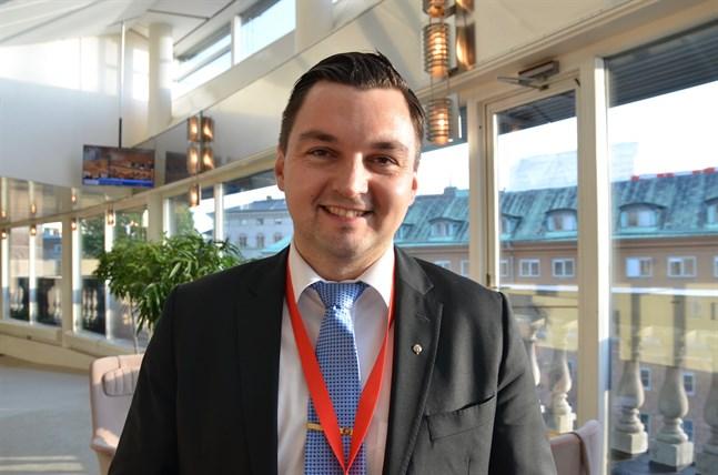 Vasa stadsfullmäktiges ordförande Joakim Strand (SFP) uppger att det finns olika sätt att ordna fullmäktiges distansmöten, men en utmaning är att garantera mötenas offentlighet.