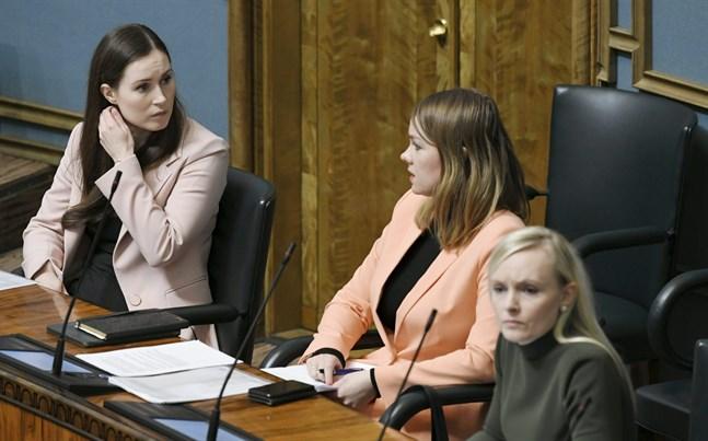 Statsminister Sanna Marin (SDP), finansminister Katri Kulmuni (C) och inrikesminister Maria Ohisalo (Gröna) under riksdagens remissdebatt om tilläggsbudgeten.