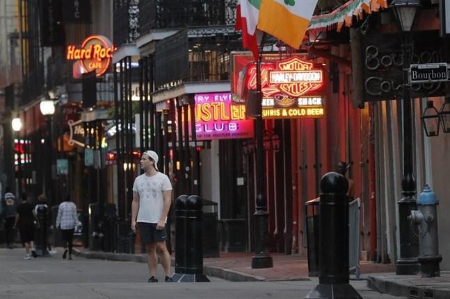 Vanligtvis är det fullt av turister på Bourbon Street i New Orleans. Men nu är gatan nästintill folktom.