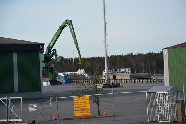 Hamnbolaget i Kaskö lånar pengar för att förbättra verksamhetsmöjligheterna i hamnen.