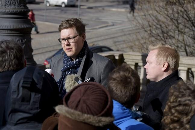 Antti Lindtman, gruppordförande för SDP:S riksdagsgrupp samt Antti Kurvinen, gruppledare för Centerns grupp, intervjuas utanför Ständerhuset.