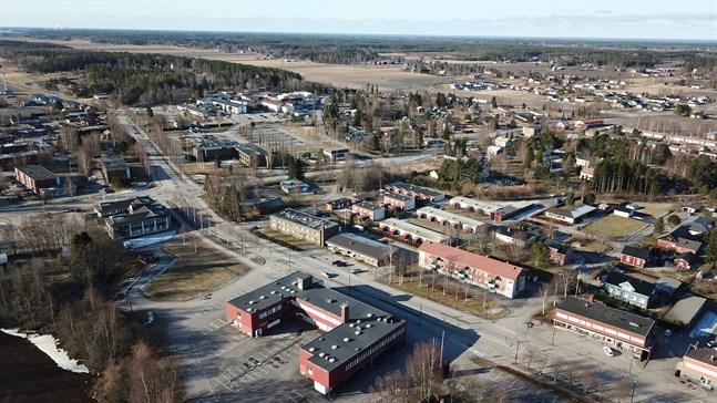 Närpes centrum breder ut sig på en stor yta. Uppe till höger syns Kåtnäs södra bostadsområde som binder ihop centrum med Kåtnäs, Bäckby och Kalax. Allt ingår i centraltätorten.