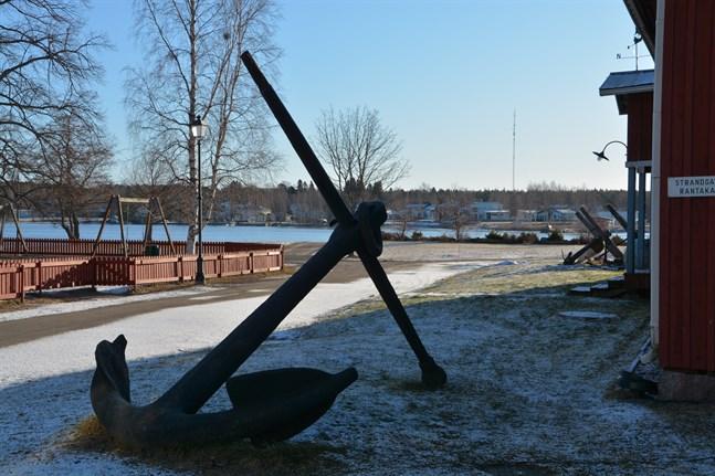 Ett vrak som finns i vattnet utanför Badhusparken har försenat ändringen av planen för nya sjöfartsmuseiområdet.