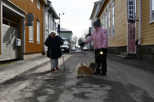 Karin Rusk och Maarit Rosengård från Svenska föreningen Brahegården är nöjda över att gatan nubbstensbeläggs i sommar.