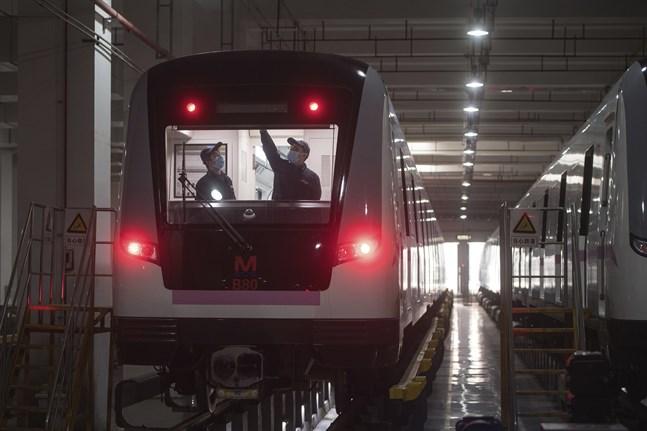 Ett tunnelbanetåg i Wuhan förbereds inför att kollektivtrafiken sattes i gång i staden.