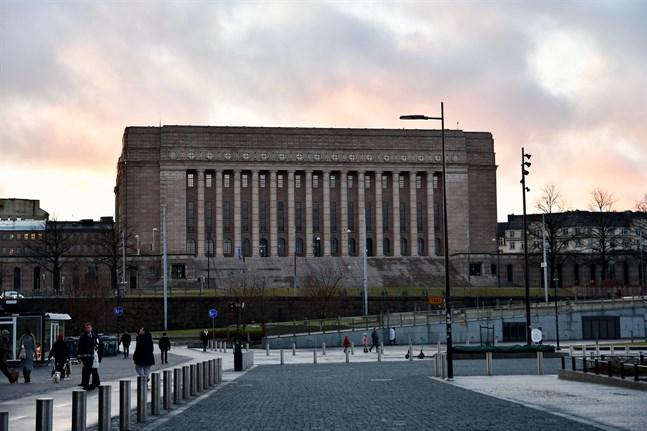Regeringens proposition om den första tilläggsbudgeten överlämnades till riksdagen i fredags.