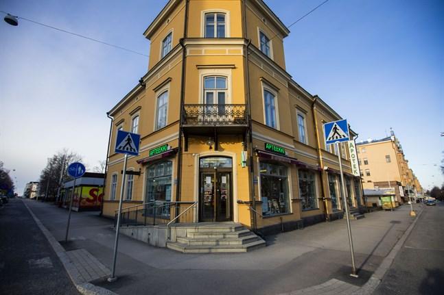 Kyrkoapoteket har funnits i Vasa sedan 1903. På Hovrättsesplanaden har det stått sedan 1940. Nu är man tvungen att stänga dörrarna.