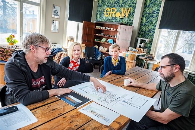 Beni Edström, Johanna Forsman, Mia Sundström och Anders Kackur funderar på möjligheterna i lilla huset på Storgatan 4.