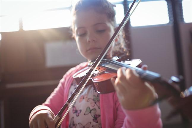 Är det möjligt att lära sig ett instrument på distans? Lärarna inom den grundläggande konstundervisningen gör allt de kan för att det ska gå.