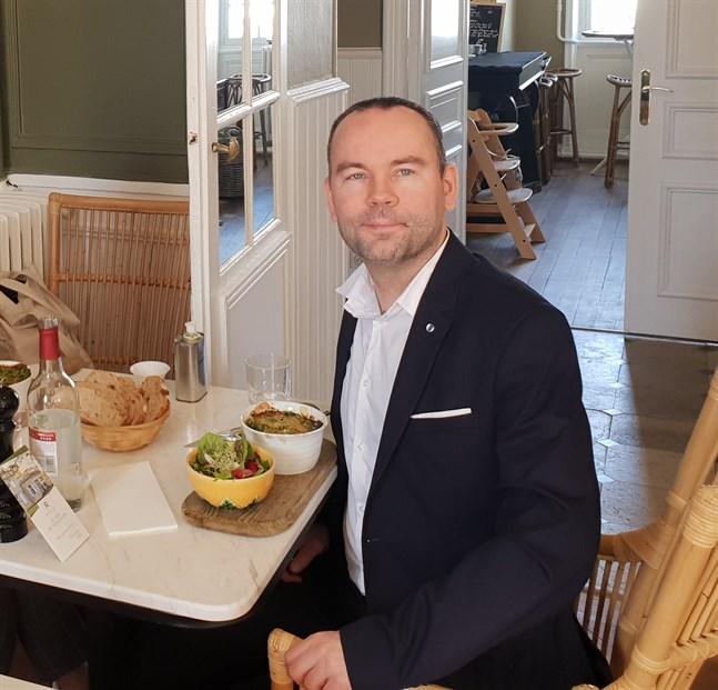 Jonas Holmqvist är sedan 2011 bosatt i Bordeaux i Frankrike.