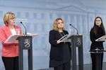 Justitieminister Anna-Maja Henriksson, familje- och omsorgsminister Krista Kiuru och statminister Sanna Marinvid regeringens pressinfo.