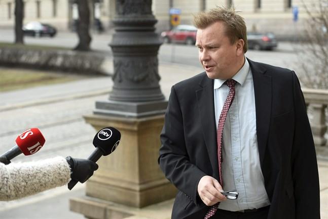 Försvarsminister Antti Kaikkonen (C) säger till Yle att Försvarsmakten är beredd att hjälpa till om Nyland isoleras från resten av landet.