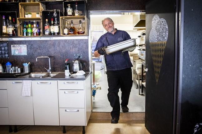 """Jan Peter Ivars hoppas att restaurangerna får öppna nu. """"Personligen tycker jag att stängningarna inte känns nödvändiga"""", säger han."""