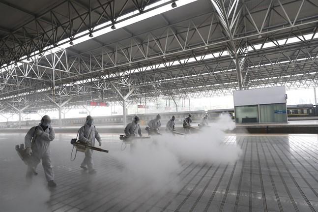 Desinficering av järnvägsstationen Yichang Östra i Hubei, inför återupptagandet av tågtrafiken.
