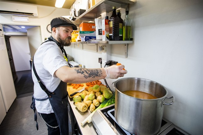 Kenneth Norrlin bjuder på hemkörd soppa till allt från ensamma äldre, till barnfamiljer som tacksamt tar emot hjälp när skolmatsalarna är stängda.