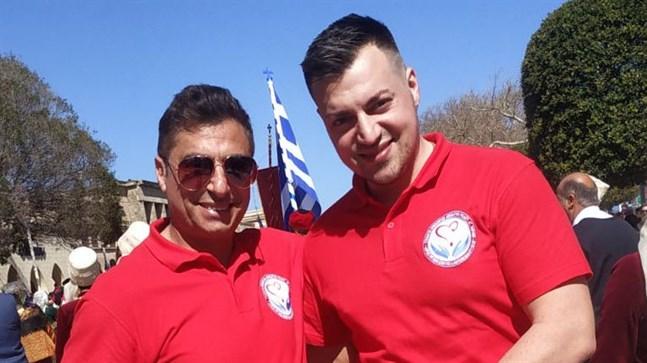 Michalis Kefala (till höger) tillsammans med sin pappa. Familjen driver en restaurang på Rhodos, men oroar sig för hur det ska bli om inga turister kan komma den här säsongen.