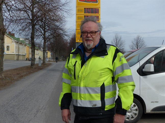 Tapio Antila som är arbetsledare på Vasa stads gatuunderhåll säger att det inte dammar mer än vanligt denna vår.