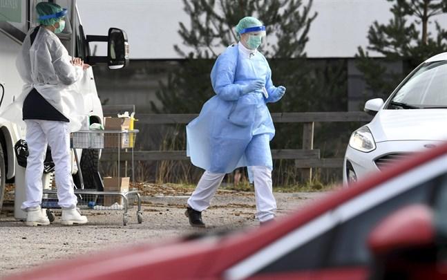 Sjukvårdspersonalens kläder testades för coronaviruset i Esbo förra veckan. Enligt THL:s senaste prognos kommer upp till 11300 finländare att behöva sjukhusvård på grund av sjukdomen covid-19.