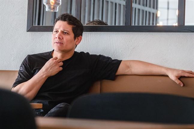 Kenneth Morales på nyöppnade Burger Village är bekymrad över den situation som restaurangbranschen hamnat i.