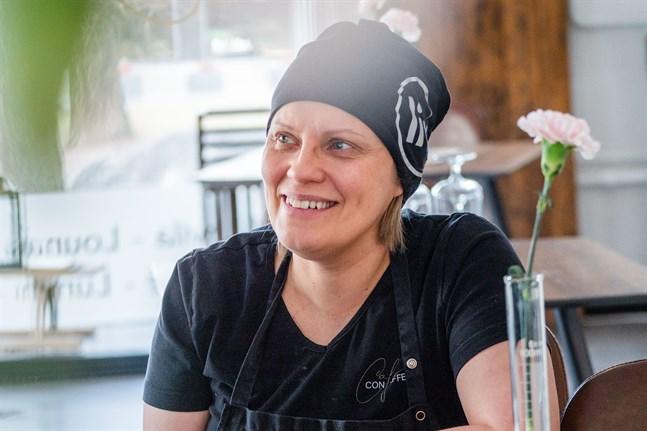 Sonja Biskop hoppas att kunderna ska våga komma till hennes kafé och restaurang när hon nu får öppna.